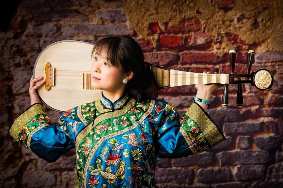 旅美琵琶名家吳蠻認為,當今演奏家的責任,不是只看著手裡的樂器而已,需要有更寬闊的視野,把東方樂器帶到全世界。(NSO提供)