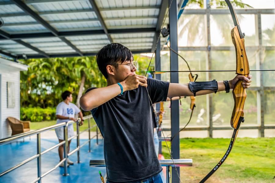 有專業人員從旁指導射箭技巧,讓大人、小孩都能玩得開心又安心。(攝影/沈弘欽)