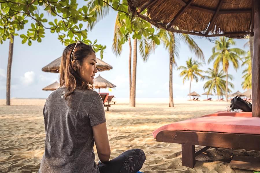做海灘瑜珈,不僅可以一邊欣賞美景,還有益身心健康。(攝影/沈弘欽)