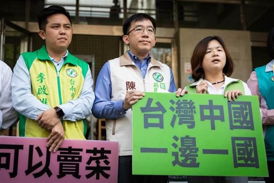 高雄市議員陳致中(中)告高雄市長韓國瑜犯外患罪。(袁庭堯攝)