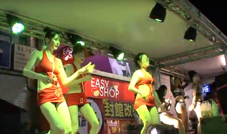 疑似為網紅阿澎的女舞者,在廟會舞台熱舞。(翻攝youtube)