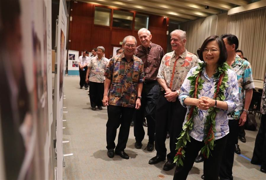 孫大千直言美國很有可能干預2020總統大選。圖為總統蔡英文(右)28日在夏威夷,出席紀念「台灣關係法」立法40週年影像特展。(圖片來源:中央社)