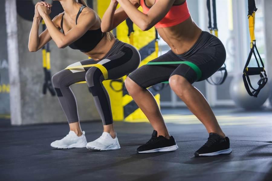 專家建議,在肚子餓時深蹲10次,能讓生長激素分泌的效果更好。。(圖/達志影像)