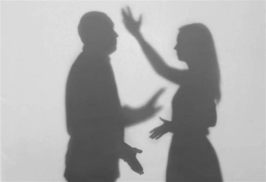 碩士人妻遭老公羞辱「鷹勾鼻剋夫」、「臭婊子」,訴請離婚獲法官判准。( 示意圖/達志影像)