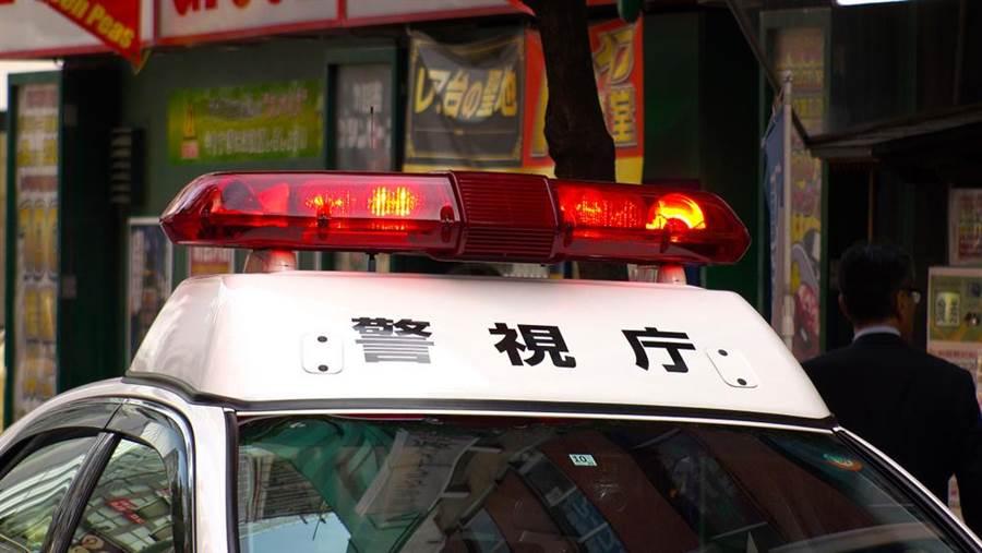 日本警視廳指出,1名年約40多歲的男性28日下午3點過後,在東京池袋的家電量販店前的馬路上,拿菜刀切腹自殺,日本警方立即抵達現場了解情況。(示意圖/達志影像)