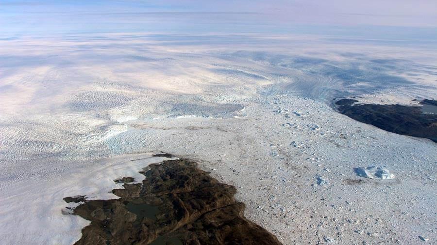 格陵蘭融化速度最快的雅各布港冰河(Jakobshavn Glacier)近2年突然增厚,不過科學家認為只是短暫現象,要民眾別高興太早。(圖/美聯社、NASA)