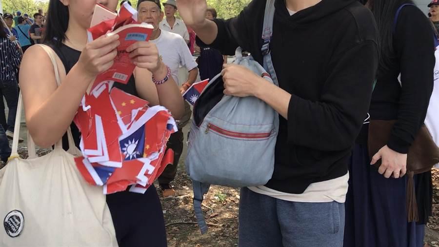 郭潤庭從包包拿出的是中華民國國旗及五星旗的碎紙片,直接打臉她的說法。(柯宗緯翻攝)