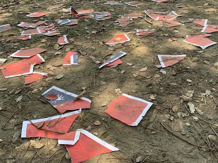 郭潤庭撒的是中華民國國旗及五星旗的碎紙片,直接打臉她的瞎話。(柯宗緯攝)