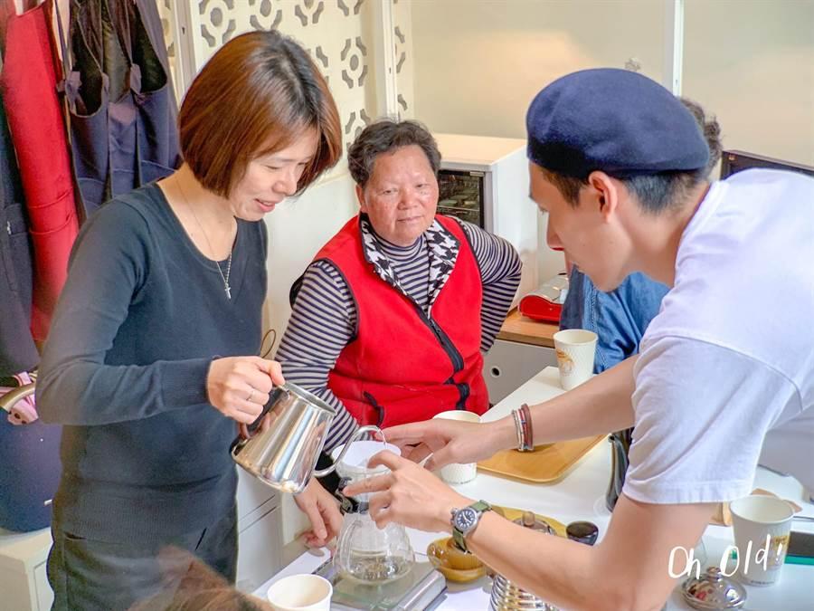年輕店家教長輩如何煮咖啡,實踐青銀共創的互助模式。(台南市文化局提供)