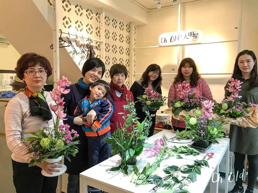 花藝教學也讓長輩與年輕人打破隔閡。(台南市文化局提供)