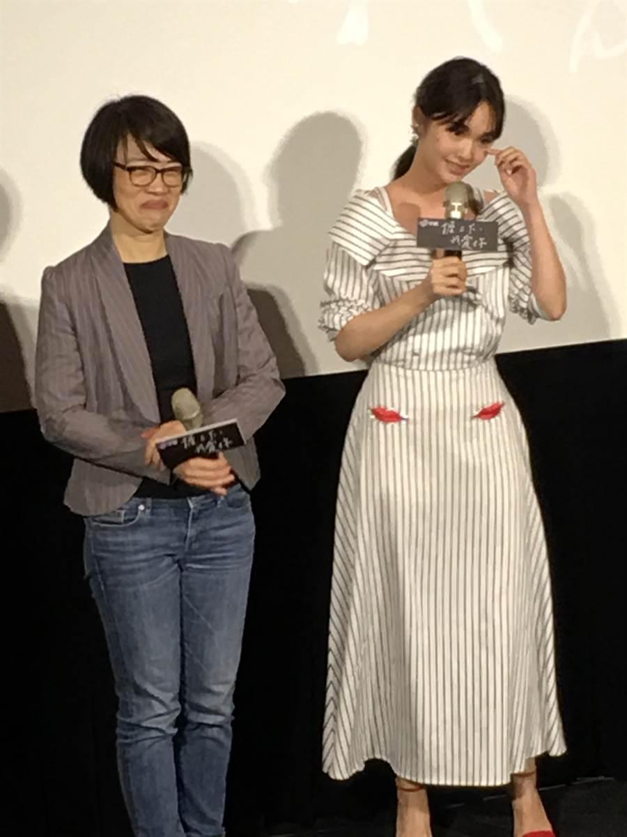 楊丞琳(右)首次看《握三下,我愛你》完整版,被王玫女士的大愛感動,哽咽拭淚。(中視提供)