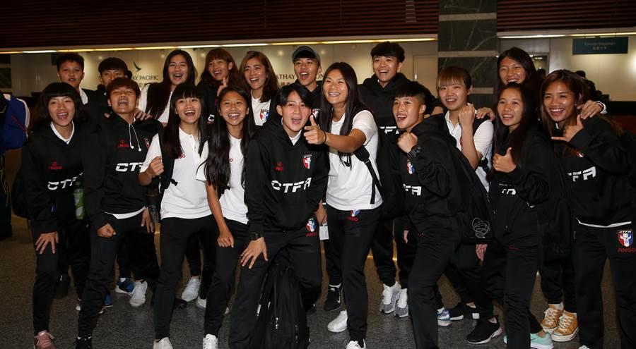 中華女足出征東京奧運第2輪資格賽,全隊行前在桃園機場出境大廳喊聲打氣。(李弘斌攝)