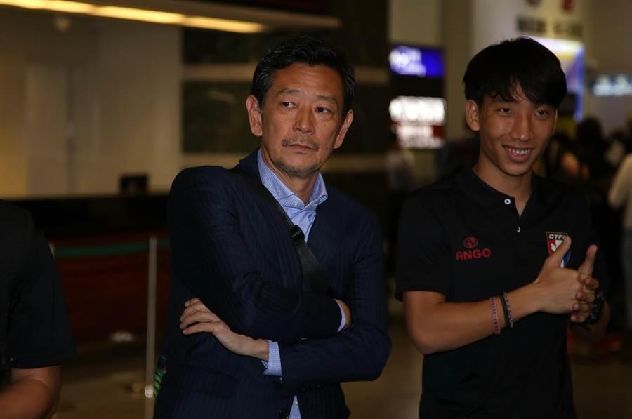 中華女足總教練越後和男(左)希望外界多多鼓勵這次的年輕陣容。(李弘斌攝)