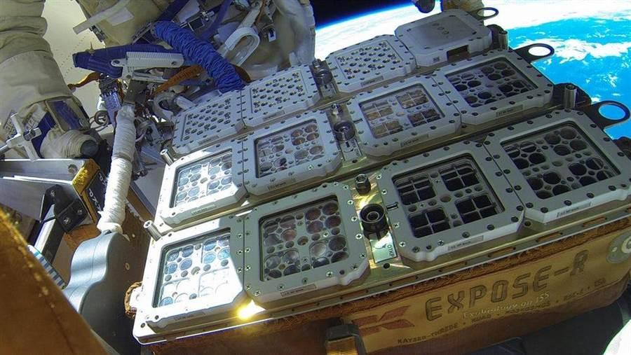 BIOMEX實驗,把200多種微生物放在太空站外的培養箱,面對太空惡劣環境與稀薄空氣,與其說是養箱,或者該說「磨難箱」。(圖/歐洲太空署)