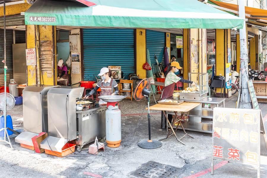小玉的水煎包店沒有特別取名,位於開封街中正市場的巷口。(袁庭堯攝)