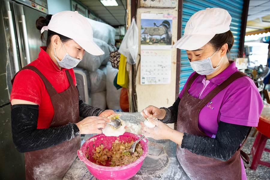 小玉和妹妹每日堅持手工現做水煎包。(袁庭堯攝)