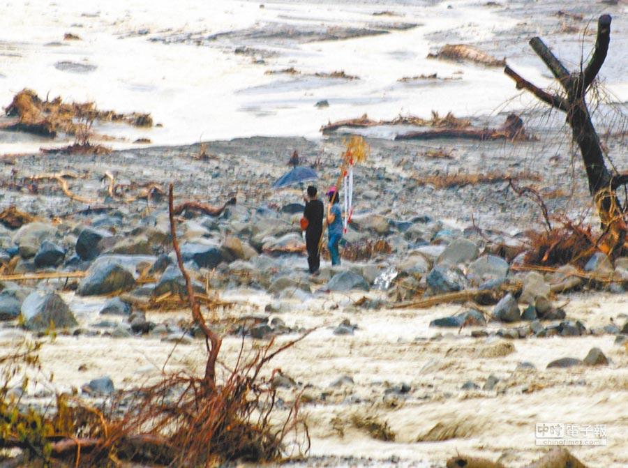 2009年八八風災時,甲仙鄉小林村滅村,當時有罹難者的親人冒險進入土石流災區招魂。 (本報資料照片)