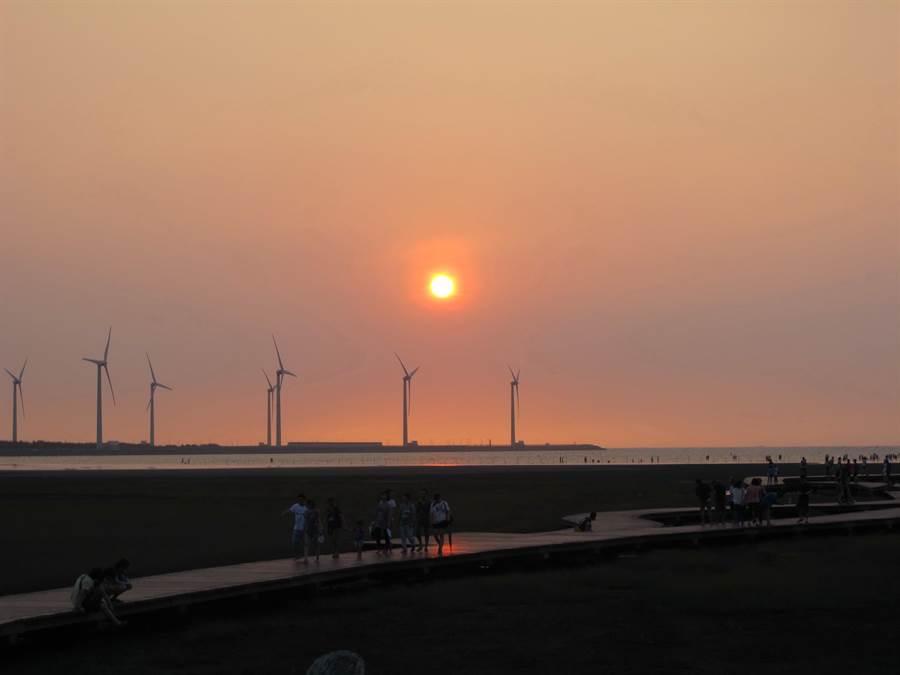 「高美濕地」以1072票獲選自然景點最高票,風力發電廠的風車大道與黃昏夕陽美景,為新人婚攝相輝映。(盧金足攝)