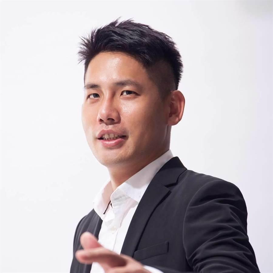 民進黨市議員彭俊豪完成第三選區登記,將對上國民黨魯明哲。(甘嘉雯翻攝)