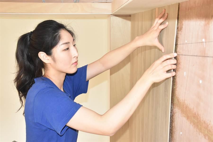 黃少彤在工地施作木工裝潢,朝開工作室夢想邁進。(呂筱蟬攝)