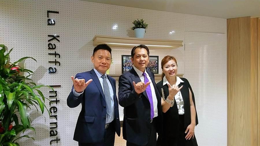 六角董事長王耀輝(中)、執行副總王麗玉(右)、王座餐飲總經理林子恒(左)。(林資傑攝)