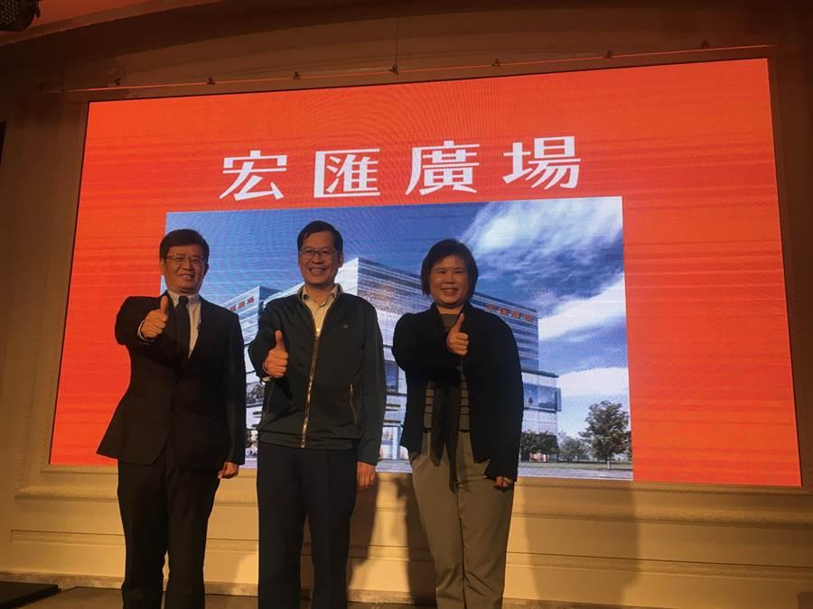 宏匯集團董事長許崑泰(中)、總裁黃坤泰(左)、總經理陳玉寶(右),是宏匯廣場3巨頭。(郭家崴攝)
