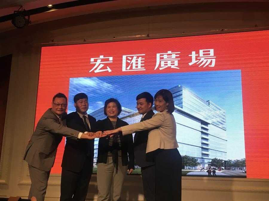 宏匯集團總經理陳玉寶(中)有30年百貨經驗,率領招商與經營團隊,預計引進400個專櫃,目前已完成6成。(郭家崴攝)