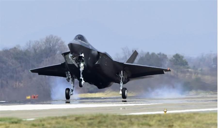 2架F-35A「閃電II」戰鬥機29日飛抵南韓空軍清州基地。由此南韓成為名副其實擁有匿蹤戰機的國家。(美聯社/南韓防衛事業廳供圖)