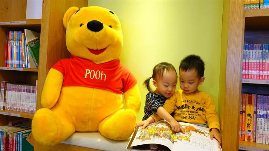 100公分的巨型迪士尼超可愛主角人物一起出現在兒童閱覽室裡,為小朋友推薦新書,同時陪伴小朋友閱讀。(三峽分館提供)