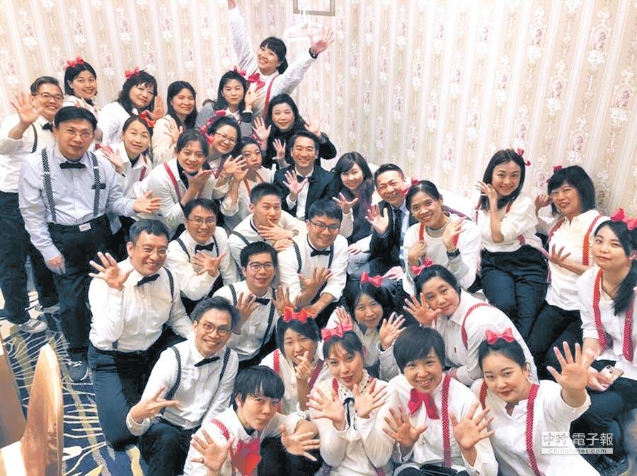 在幸福企業工作,茶湯會的員工,臉上洋溢滿滿幸福的笑容。(1111人力銀行提供)