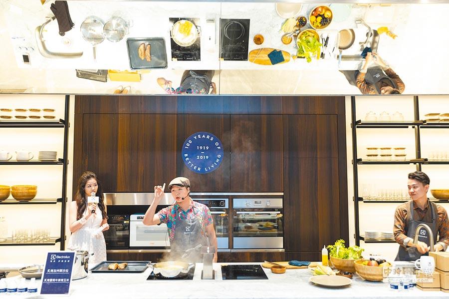 開放式體驗廚房上方設置45度鏡,便利學員觀看老師的料理手法。(袁庭堯攝)