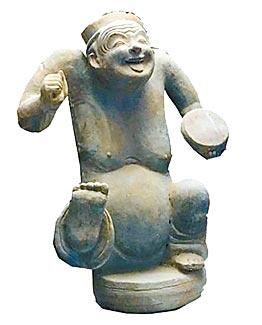 參展的成都博物館漢代俳優俑。
