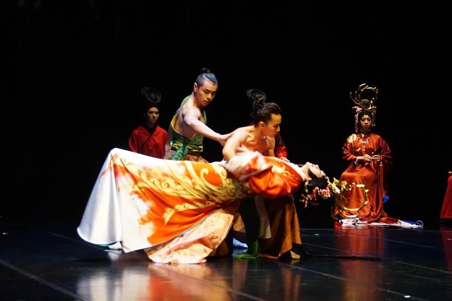 京劇名角朱安麗在《費特兒》裡飾演一名愛上繼子的王后,繼子由編舞新銳吳建緯飾演。(國光劇團提供)