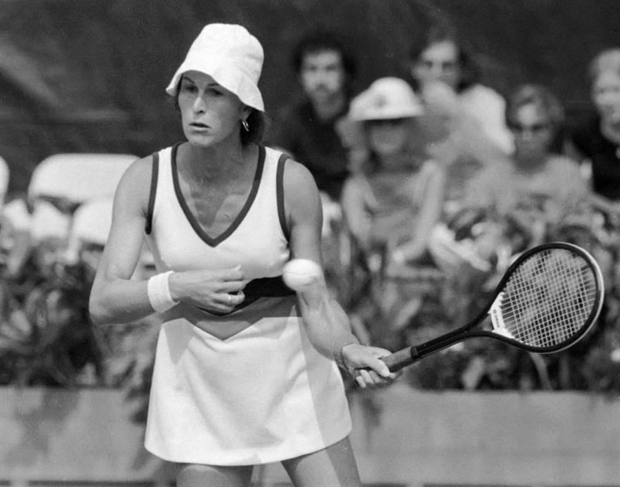 變性人醫生理查斯在1977年參加美國公開賽女子單打。(美聯社資料照)