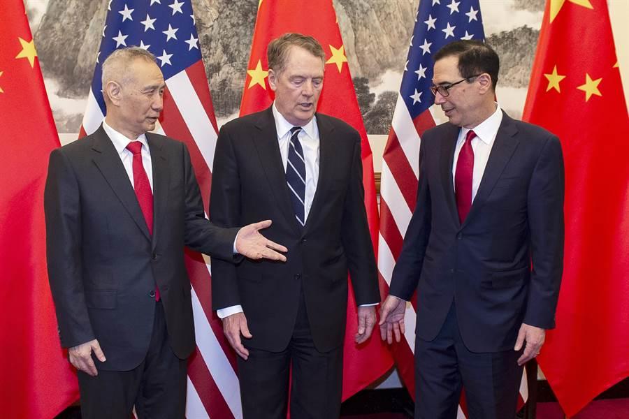 第八輪中美貿易談判已在29日於北京結束,梅努欽在推特上表示「這次貿易磋商有建設性」,而中國大陸代表團下周將前往華府進行新一輪談判。圖由左至右分別為中國大陸國務院副總理劉鶴、美方貿易談判代表萊特希澤、梅努欽。(美聯社)