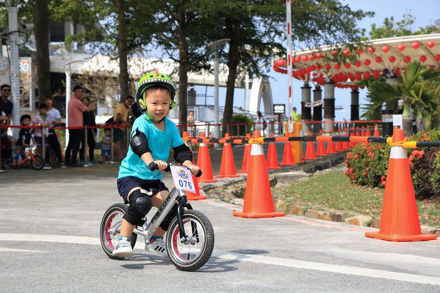 近年來滑步車風靡全台,鵬管處也加入推廣行列,30日特與台灣超級鐵人三項協會在大鵬灣舉辦首屆「親親寶貝Slip Bike樂」,成功吸引中北部家長報名參加,145名小娃兵分組尬車萌翻全場。(謝佳潾攝)