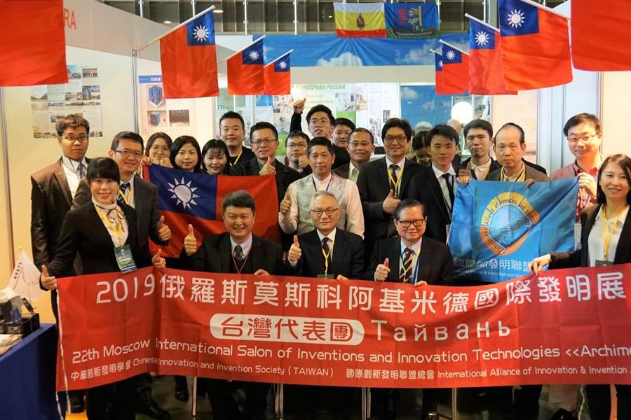 俄羅斯國際發明展我獲世界第二,總統蔡英文特發賀電鼓勵。圖為來自台灣的參賽團隊與好手在會場合影。(中華創新發明學會提供)