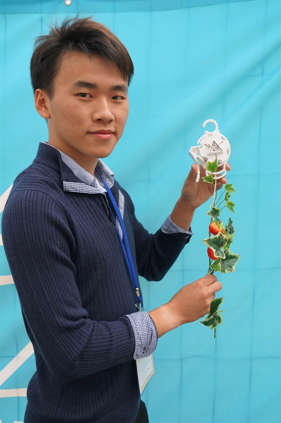 高雄科技大學學生賴策方與同學設計攀藤作物生長輔具「Roller Planter」獲得金牌。(中華創新發明學會提供)