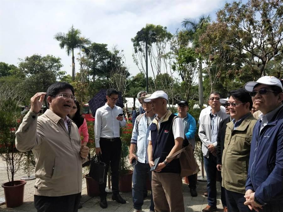 卸任台中市長後首次參訪花博,交通部長林佳龍(左)當起導覽員。(陳淑娥攝)