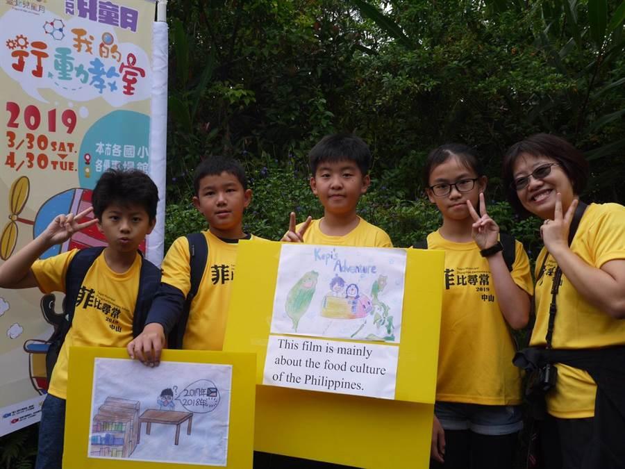 北市中山國小師生深入社區了解在地的菲律賓文化,甚至也有一組學生飛到馬尼拉國際交流,今天兒童月活動上,該校師生也在攤位上與遊客分享心得。(北市教育局提供)