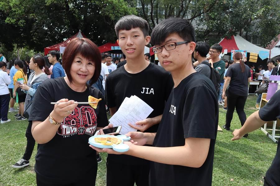 國立曾文家商30日舉辦81周年校慶,首次以減塑為主題辦理園遊會,鼓勵學生自備餐具。(劉秀芬攝)