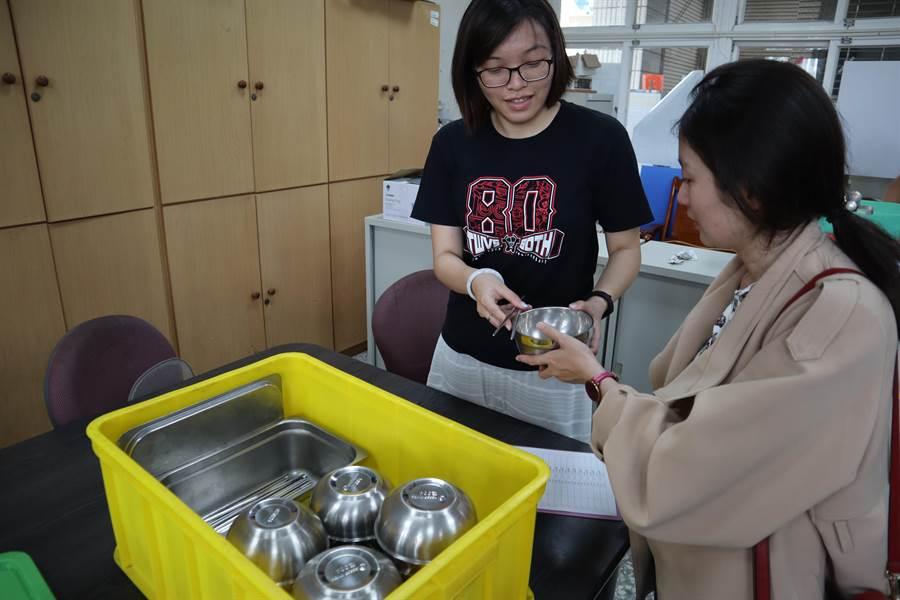 國立曾文家商30日舉辦81周年校慶,首次以減塑為主題辦理園遊會,為了方便外賓,學校還提供租用碗筷的服務。(劉秀芬攝)