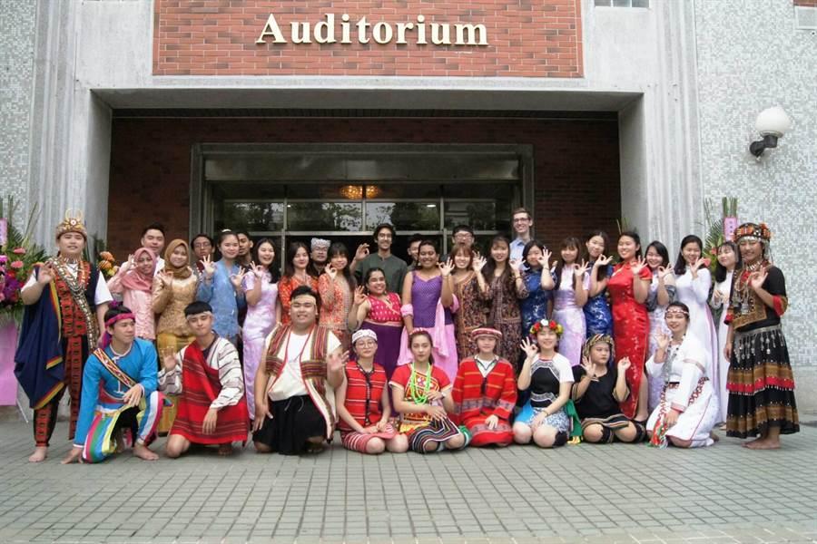 來自德國、墨西哥、馬來西亞、印度、越南、印尼及台灣的朝陽科大境外學生,齊聚一堂祝福朝陽25周年生日快樂。(林欣儀攝)