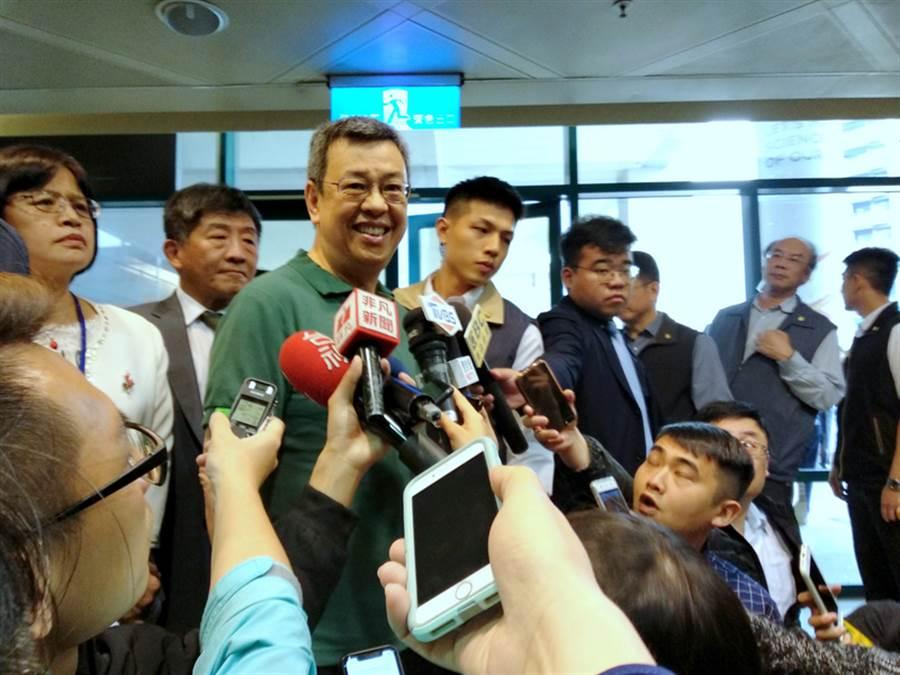 副總統陳建仁(左3)29日發布公開信,宣布階段任務告一段落,讓總統蔡英文形成最強組合。他30日受訪解釋,「最強組合」應以國家為重,個人考量應放到其次。(中央社)