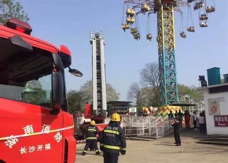 湖南長沙烈士公園一大型機動遊戲設施故障,34人被困。(圖/東網)