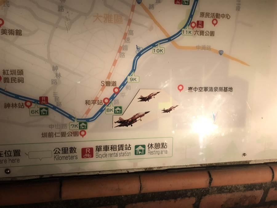 台中市觀旅局將13面導覽地圖,換上正確的IDF經國號戰機。(台中市政府提供)
