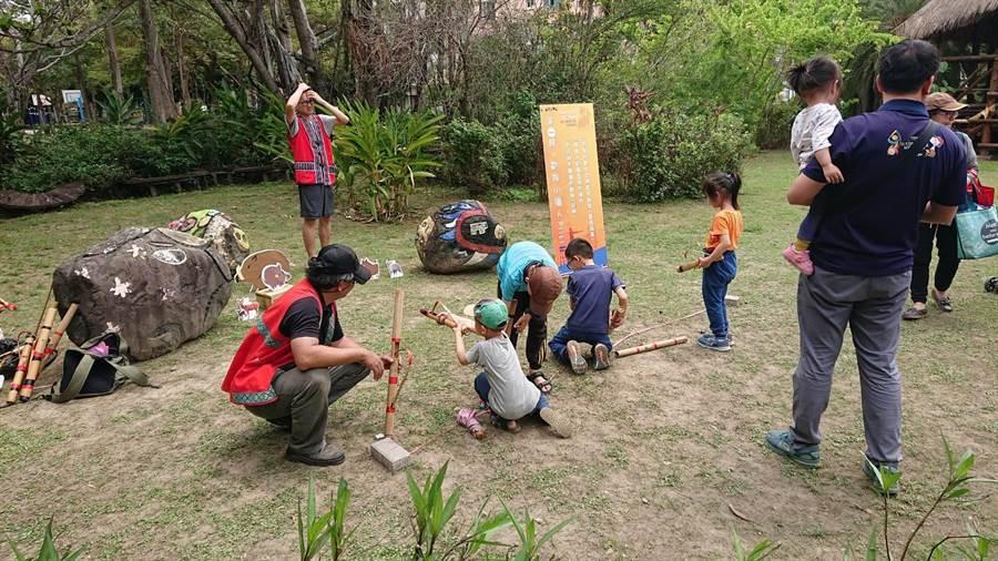 鄒族日活動新增鄒族傳統童玩體驗。(程炳璋攝)