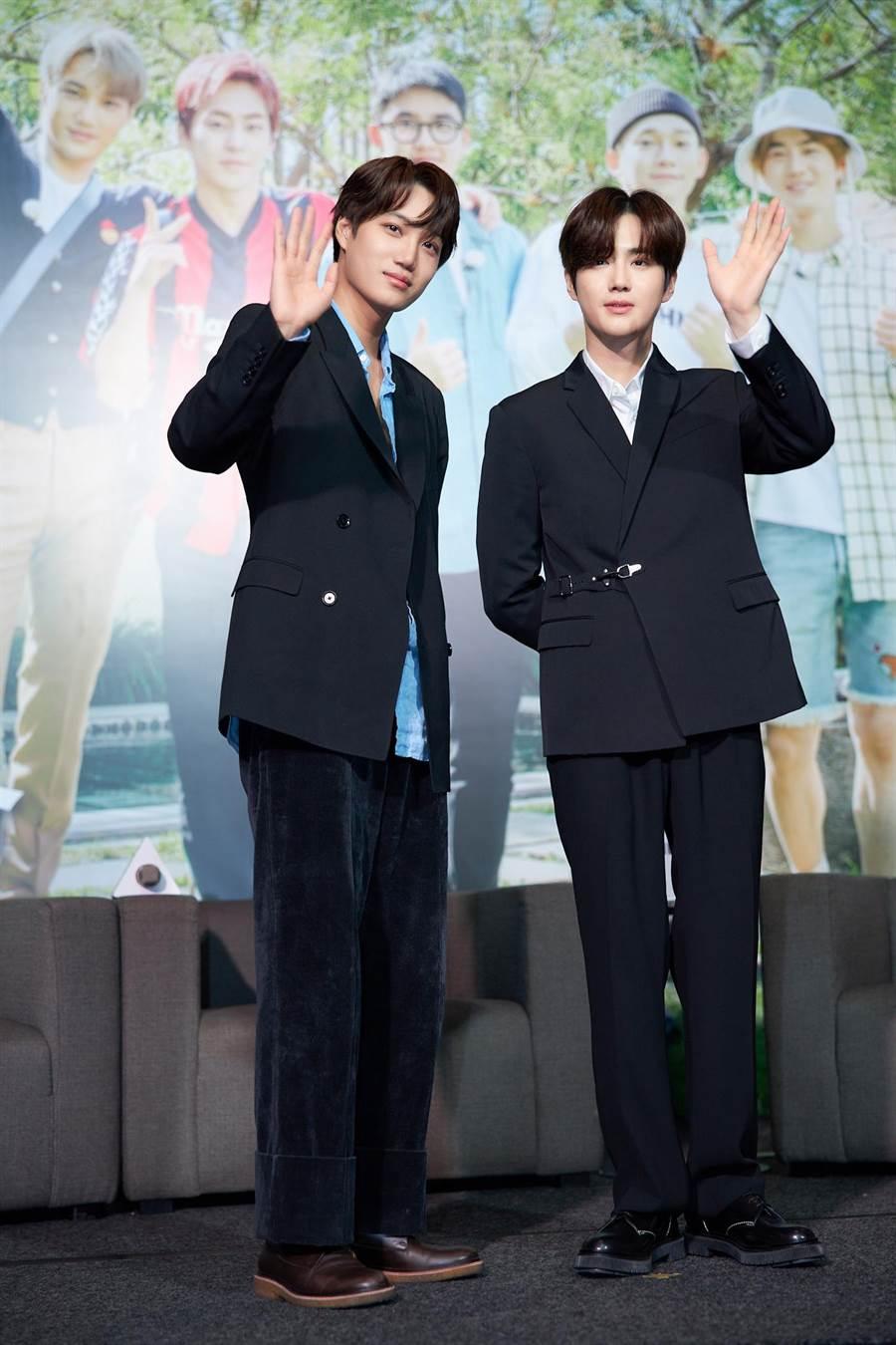 Kai(左)與Suho來台灣參加慶功記者會。LINE TV提供