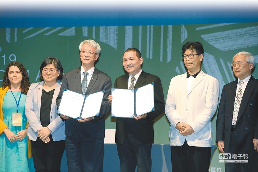 新北市長侯友宜(右三)昨出席第4屆IFOAM亞洲有機青年論壇國際研討會閉幕活動,與IFOAM Asia主席周澤江(左三)共同簽署MOU,宣布成立亞洲有機行銷智能中心。(譚宇哲攝)