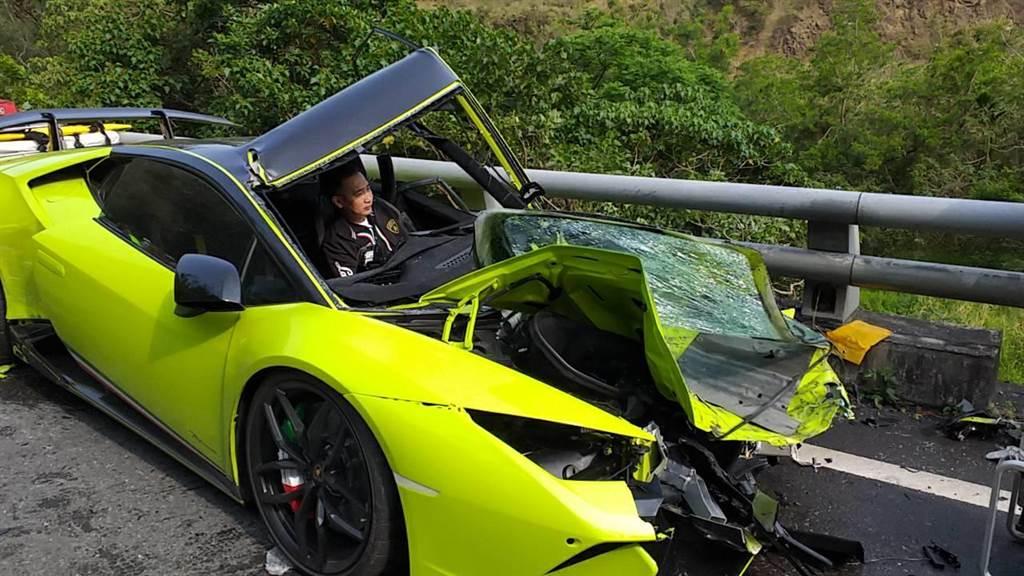 超跑撞得車頭全毀。(中頭資料照)